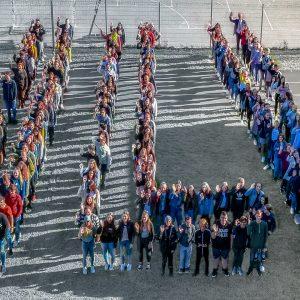 Schülerinnen und Schüler der HLW formieren sich zum HLW Logo